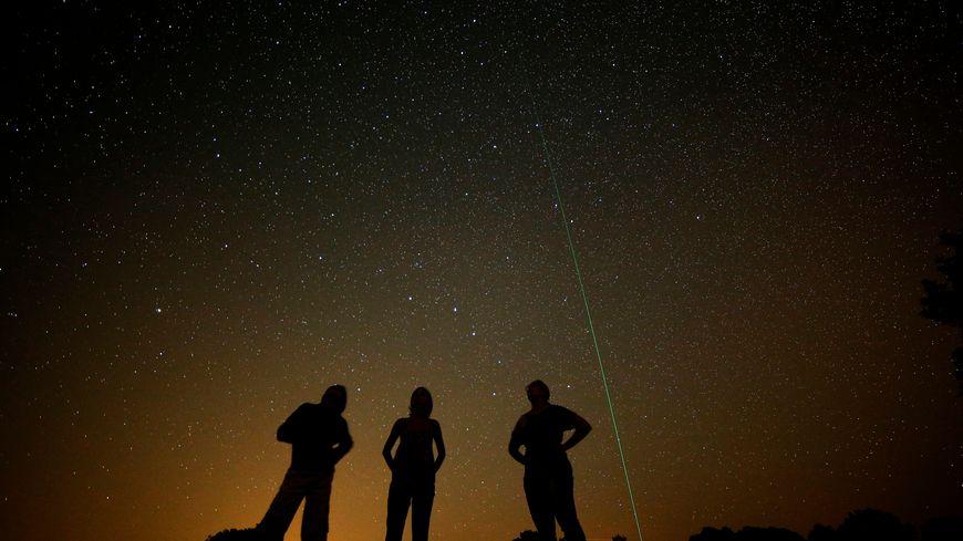 Personnes regardant la voie lactée