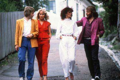 Björn Ulvaeus, Agnetha Fältskog, Anni-frid Lyngstad and Benny Andersson, du groupe de pop disco suédois ABBA, dans les rues de Marstrand, le 15 juillet 1980 en Suède.