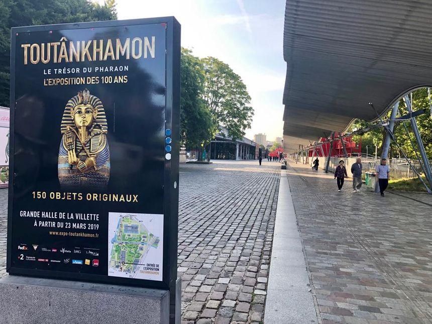 L'entrée du parc de la Villette avec l'affiche de l'exposition Toutânkhamon