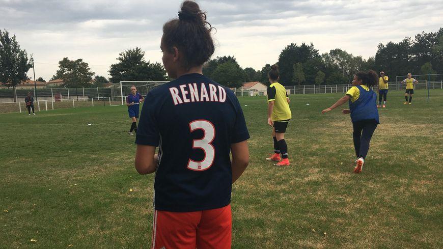 A Poitiers, les jeunes de la section féminine du stade poitevin football club arborent des maillots au nom de Wendy Renard