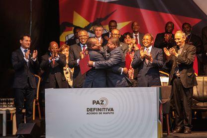Le président Filipe Nyusi et Ossufo Momade, leader du RENAMO, ont signé un accord de cessez-le-feu le 6août 2019 à Maputo. Ils mettent fin à des années de conflits armées.