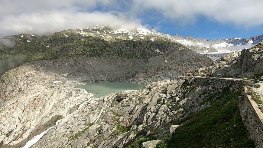 Aujourd'hui, un lac remplace le glacier qui se trouvait là, à la source du Rhône.