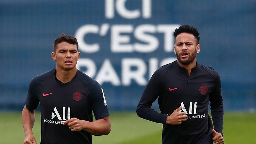 Neymar a dit à ses coéquipiers qu'il restait au PSG cette saison.
