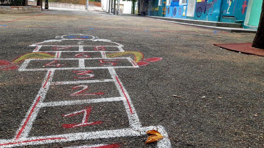 Une cour d'école primaire