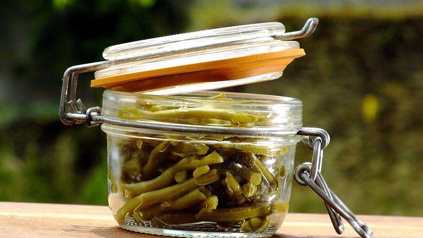 Un bocal de haricots verts avant stérilisation ou appertisation.