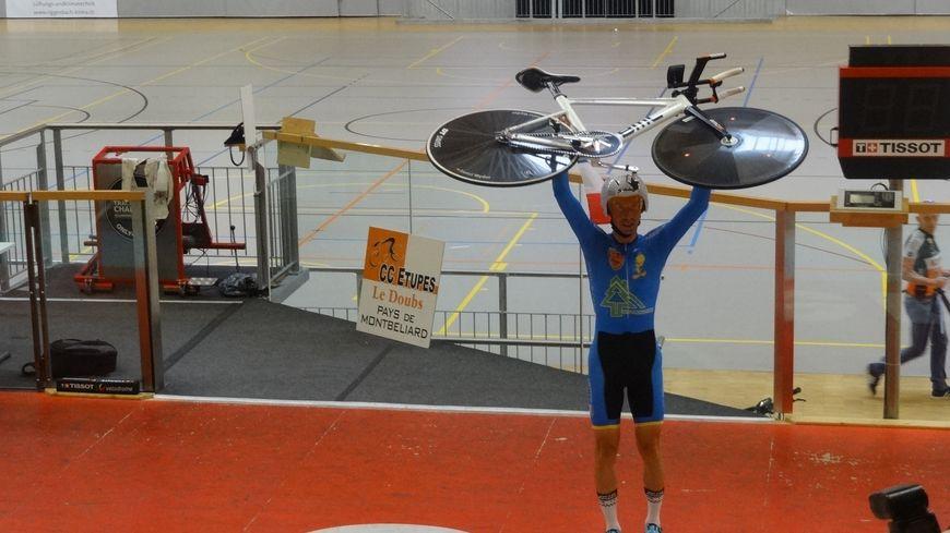 David Arnoux a aussi obtenu le record de France master 3 de la Fédération française du cyclisme avec 45, 516 kilomètres parcourus en une heure.