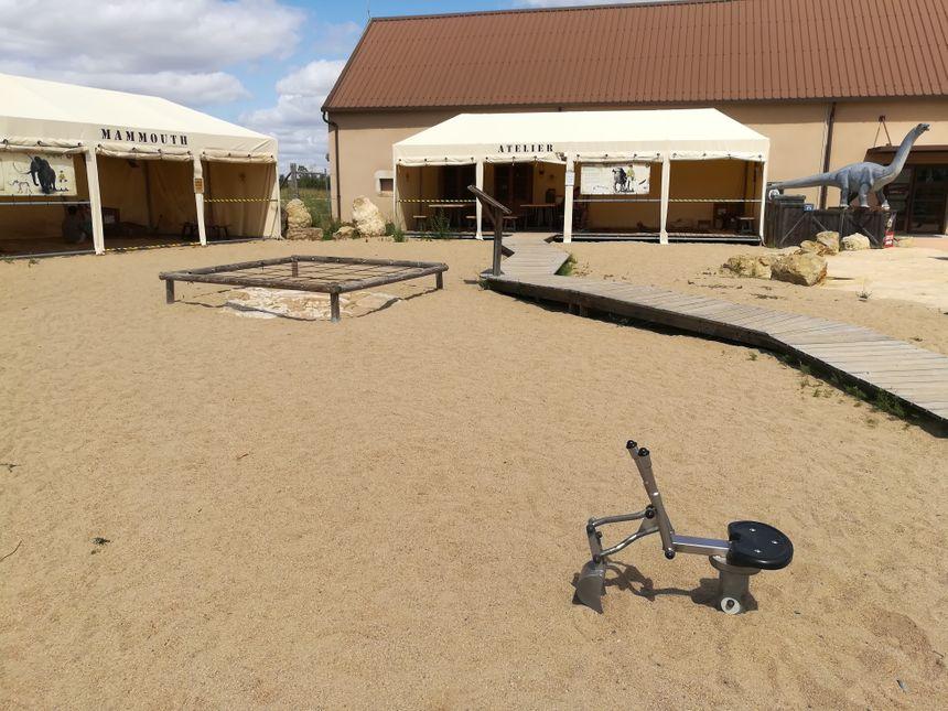 L'atelier de fouilles, avec, au premier-plan, la pelle pour chercher les oeufs de dinosaures...