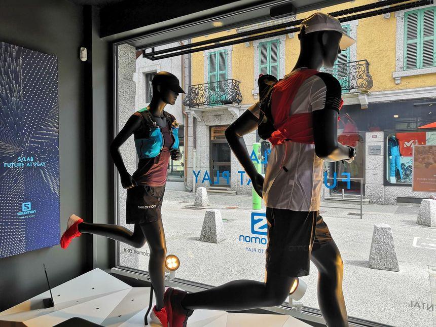 Dans les vitrines, les mannequins arborent les équipements de trail que les commerces espèrent vendre aux coureurs et aux visiteurs