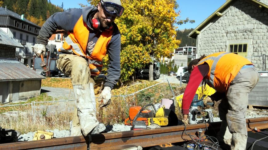 Des agents SNCF en plein travaux de modernisation sur les voies (photo d'illustration)
