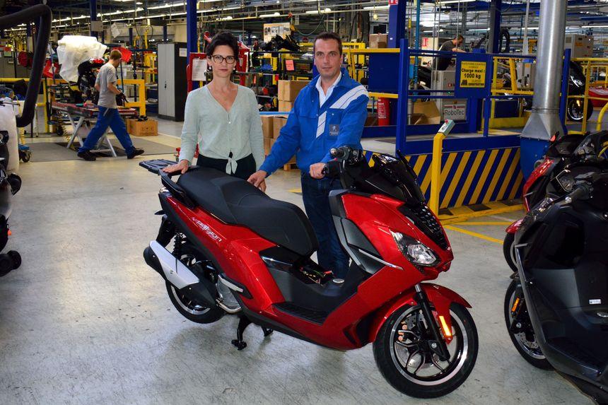 Candice Robert, directrice marketing et communication et Baptiste Thibaut, directeur des opérations devant le nouveau scooter Pulsion