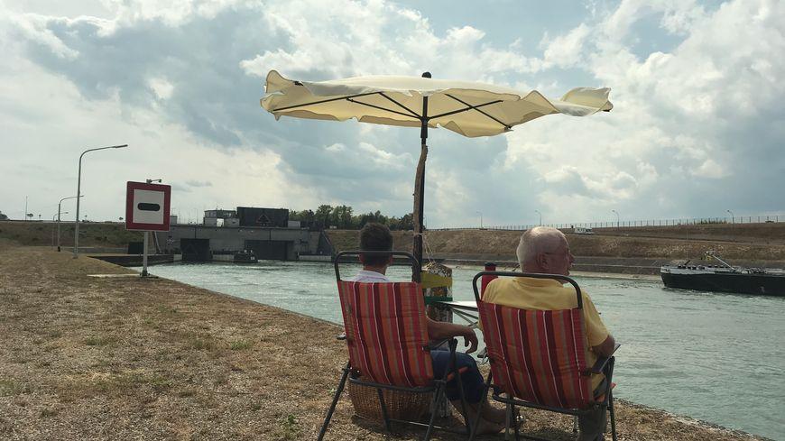 Deux touristes allemands installés en face de le centrale de Marckolsheim