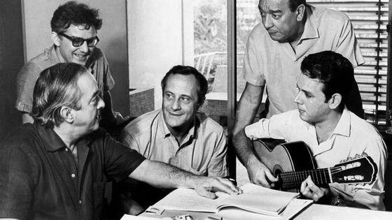 De gauche à droite : Vinicius de Moraes, Diogo Pachco, Paulo Autran, Cyro Monteriro et Carlos Lyra (1965, Sao Paulo)