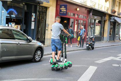 Un rechargeur de trottinettes à Paris