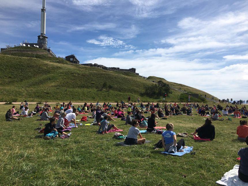 Jusqu'à 200 personnes assistent aux cours de yoga