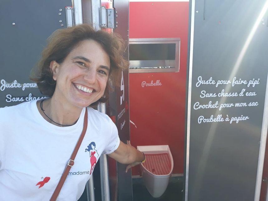 """La créatrice de cet """"urinoirE"""", Nathalie des Isnards, espère plus d'égalité d'accès aux sanitaires."""
