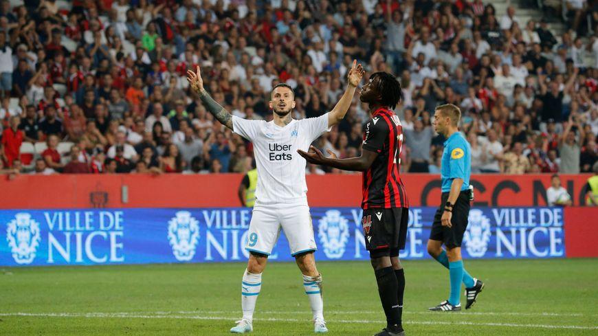 Dario Benedetto lève les bras au ciel après son ouverture du score