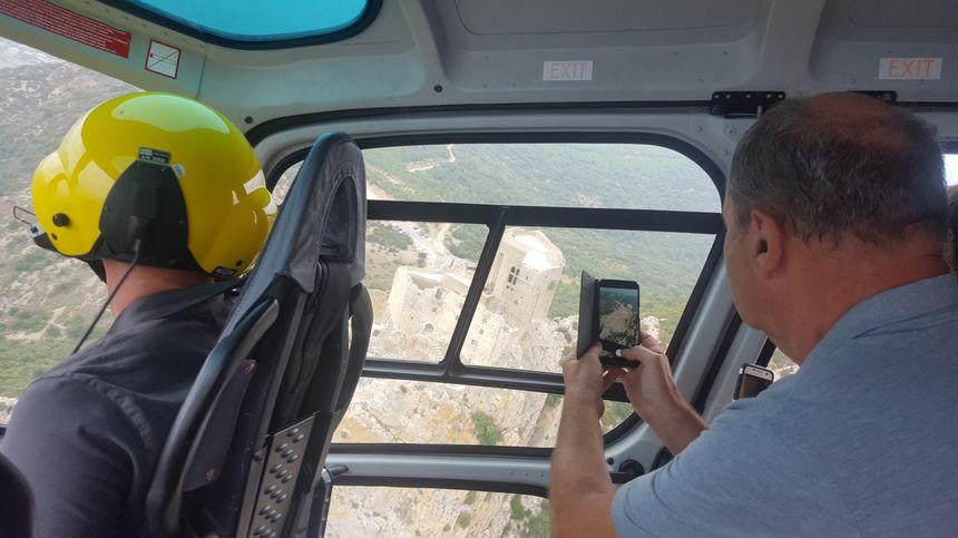 Les touristes en hélicoptère pour visiter le château cathare de Quéribus restauré