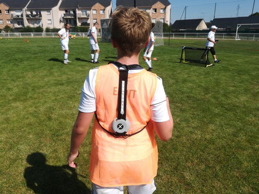 Pendant le stage, les jeunes portent des chasubles connectées. L'équipement vaut 4500 euros en tout.