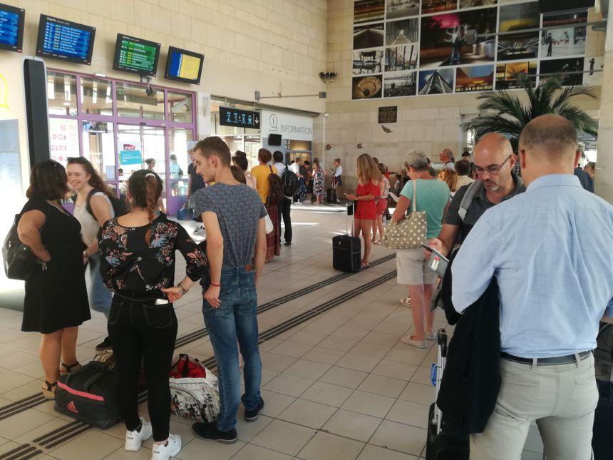 De nombreux voyageurs ont vu leur train retardé ou annulé en gare de Poitiers... les autres attendent famille et amis bloqués dans les rames sur la ligne.