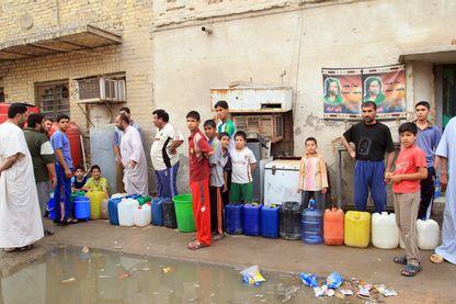 En Irak, l'accès à l'eau potable n'a jamais été simple, même dans le seul bassin hydrographique du pays, autour de Bassorah. La population doit faire la queue pour récupérer l'or bleu… quand il est disponible.