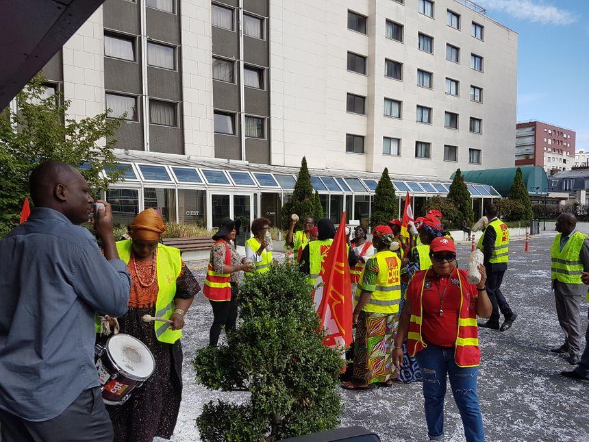 Chaque jour depuis le 17 juillet et le début de la grève, une vingtaine de femmes de chambre et gouvernantes de l'hôtel Ibis Clichy-Batignolles font un joyeux vacarme devant le hall de l'établissement.
