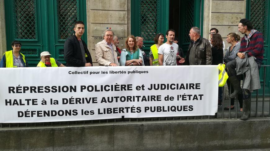 Une vingtaine de gilets jaunes sont venus soutenir leur camarade en déployant une banderole devant le tribunal de Cherbourg.