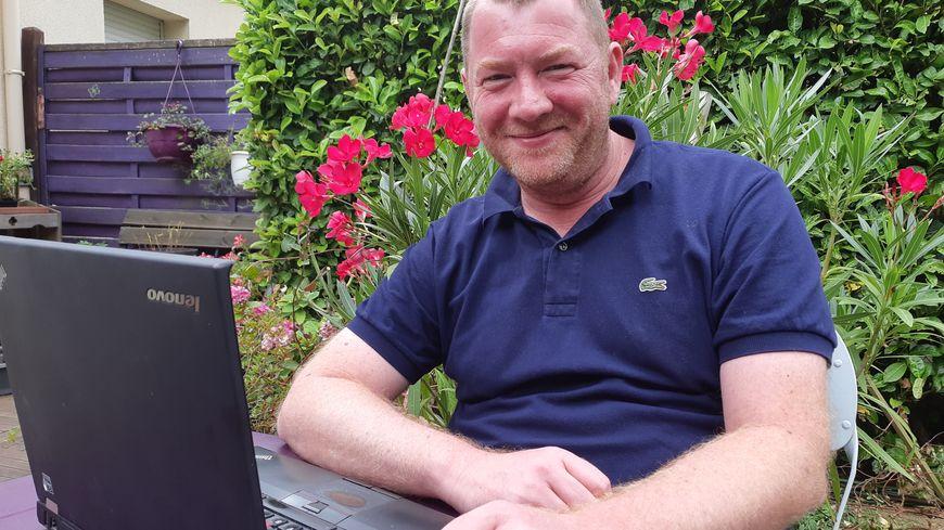 Un ordinateur avec une bonne batterie, Fabien Tassel passe une dizaine d'heures par jour à gérer ses différents groupes Tu sais que tu viens de sur Facebook