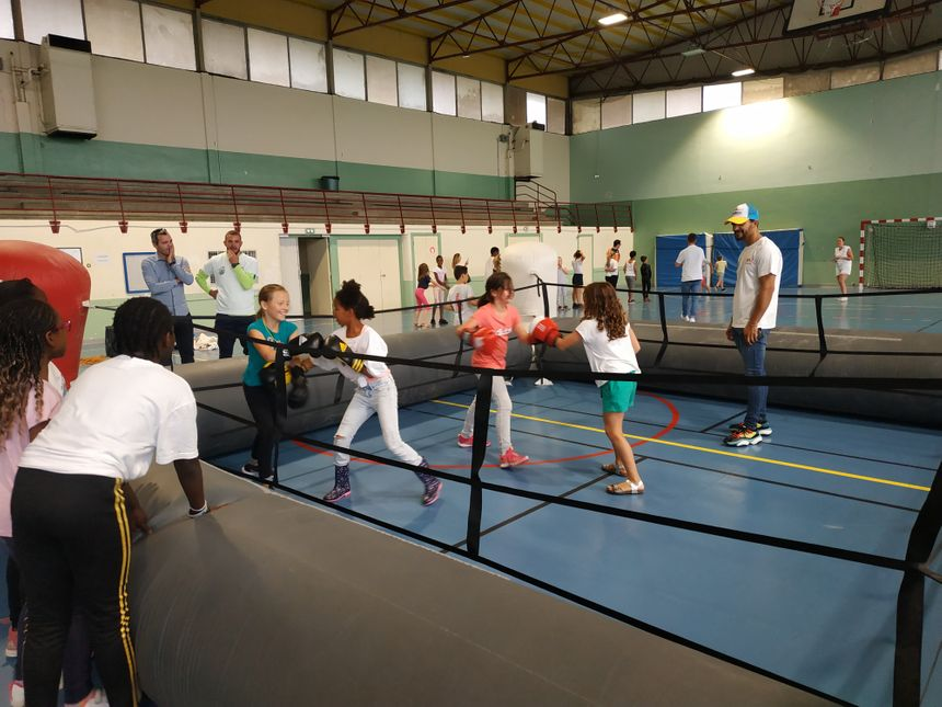 Le champion de boxe, Jordy Weiss, au gymnase Constant Laisis, en train de coacher des enfants. Laval, le 9 août 2019 - Radio France