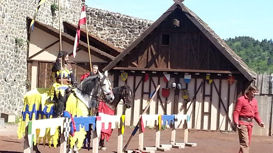 Jeux équestres et joutes au château de Murol