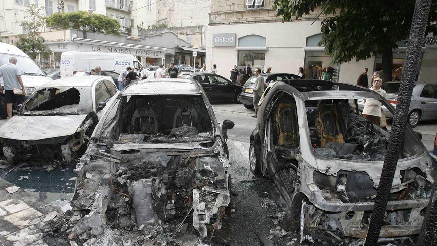Des voitures brûlées place Saint Nicolas, à Bastia, en 2009