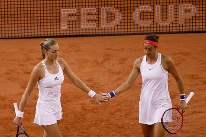 Kristina Mladenovic (G) et Caroline Garcia (D) pendant un match en demi-final de la FED CUP en avril 2019 contre la Roumanie, à Rouen