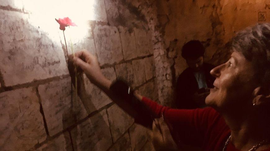 Janet Pietsch a retrouvé la signature de son grand oncle, gravée sur l'un des murs de la grotte de Naours, dans la Somme