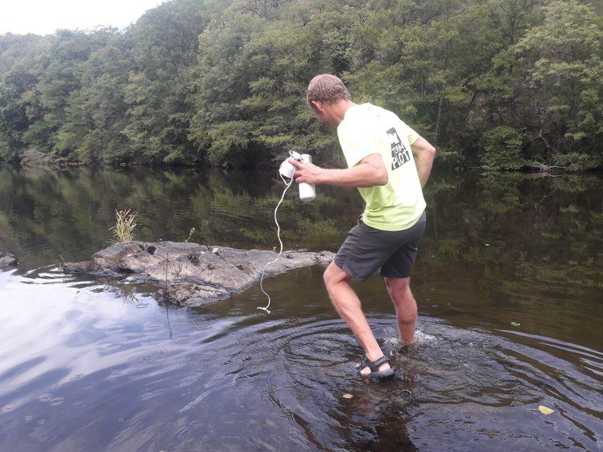 Il faut aller dans l'eau pour effectuer quelques relevés