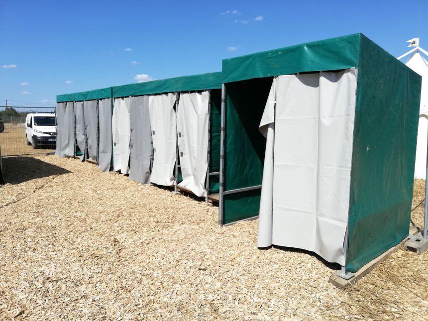 Les toilettes sèches sont construites par les bénévoles avec du matériel récupéré et revalorisé