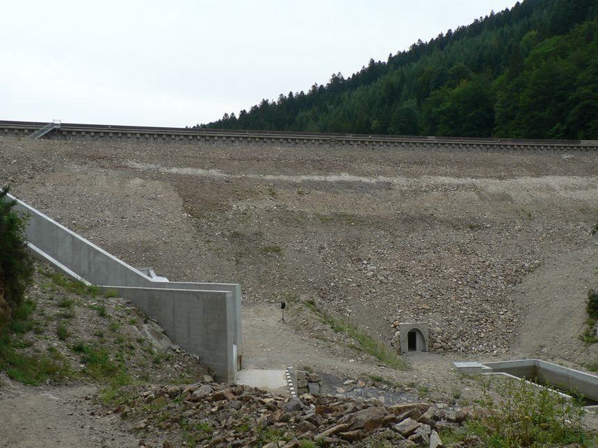 La partie aval du barrage de retenue avec son canal  de décharge en cas de crue