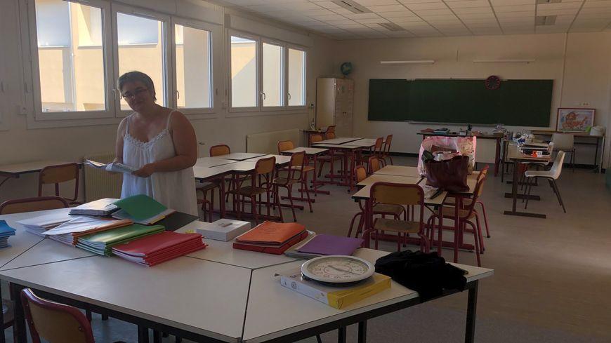 La directrice de l'école primaire, Florence Rey, dans sa salle de classe flambant neuve.