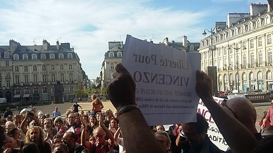 Des centaines de soutiens se sont rassemblés devant le Parlement et ont laissé éclater leur joie et leur soulagement face à la décision de justice.