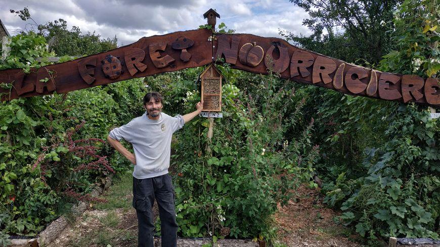Franck Nathié, co-fondateur de l'association La forêt nourricière, devant un jardin-forêt à Simplé, le 18 août 2019