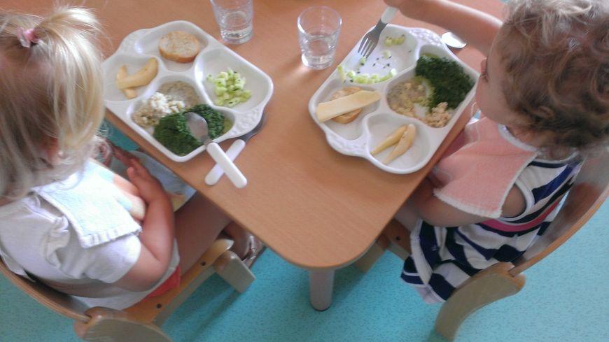 Dans les 12 crèches de la ville de Limoges, les tous petits mangent désormais dans des plateaux en porcelaine