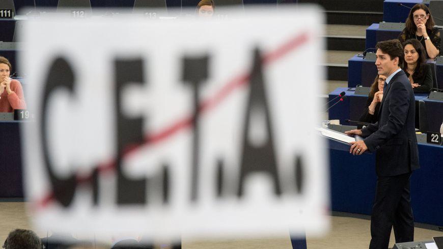 Une bannière anti-CETA pendant un discours du premier ministre canadien au Parlement européen à Strasbourg