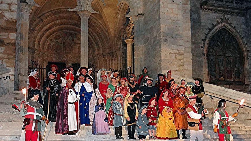 Les comédiens de l'association les Amis de Jacques Coeur, réunis devant la cathédrale de Bourges