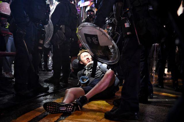 Un manifestant retenu par la police, à Causeway Bay, le 31 août.
