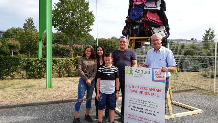 La famille Trechel et Jean-Luc-Chorier devant une première ébauche de la pyramide de cartables qui sera réalisée samedi.