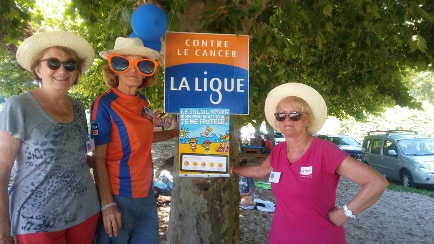 Les bénévoles de l'antenne locale de la Ligue contre le cancer de Sarlat, ici à l'étang de Tamniès, informaient les vacanciers sur les dangers du soleil pour la santé