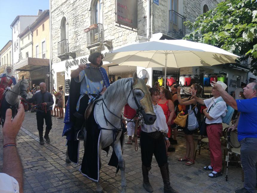 La roi Louis IX pendant le défilé historique de la fête de la Saint-Louis à Aigues-Mortes