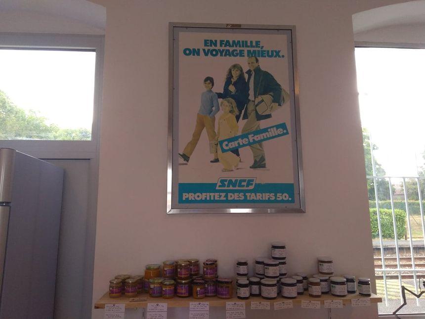 Dans le magasin, deux affiches promotionnelles de la SNCF rappellent l'ancienne utilisation du bâtiment.