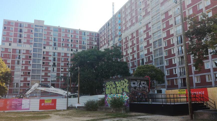 La cité, emblématique du département, construite en 1961 a vu ses premières pierres chuter sous le regard des habitants émus, venus spécialement pour l'occasion.