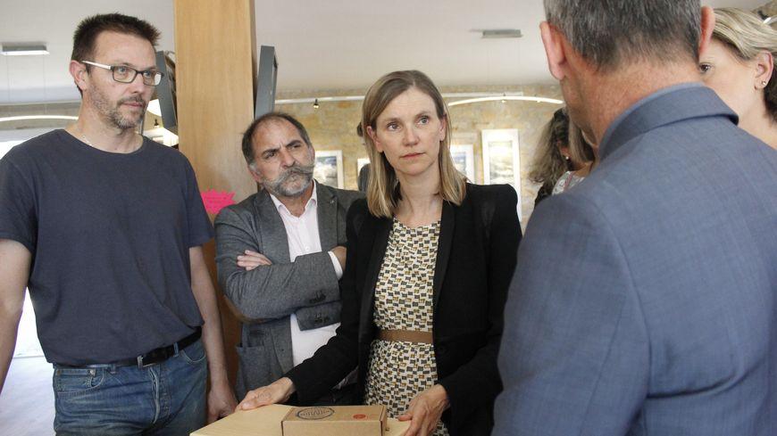Agnès Pannier-Runacher dans la galerie de l'entreprise Pastels Girault