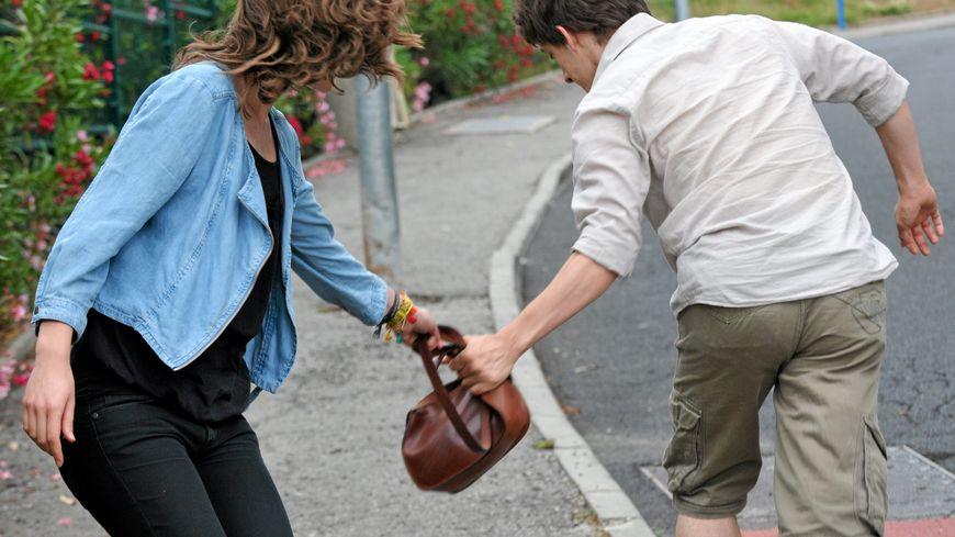 La victime a tenu bon, alors que le jeune essayait de lui arracher son sac à main. (image d'illustration)