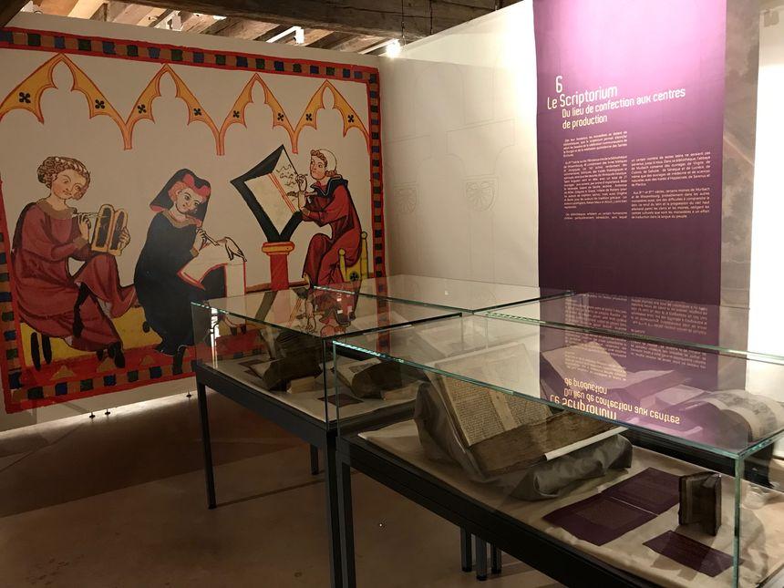Une salle réservée au scriptorium, l'atelier où des moines réalisaient des livres copiés manuellement